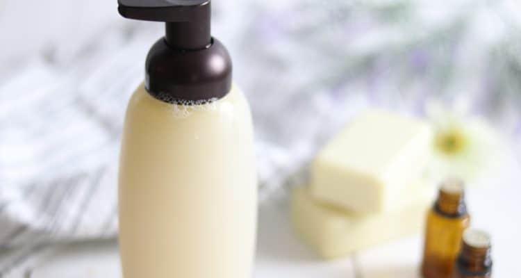 LEARN HOW TO MAKE AN ALL NATURAL FOAMING SHAMPOO WITH ESSENTIAL OILS.